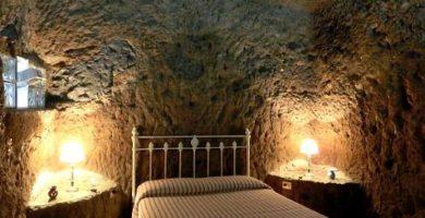 Casa-Cueva El Mimo's master bedroom